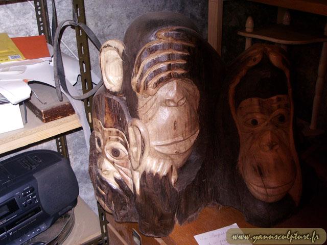 Les trois singes ; Sculpture en Noyer.