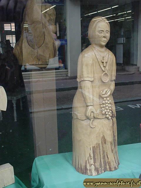 Saint-Vincent Tournante : femme vendangeant